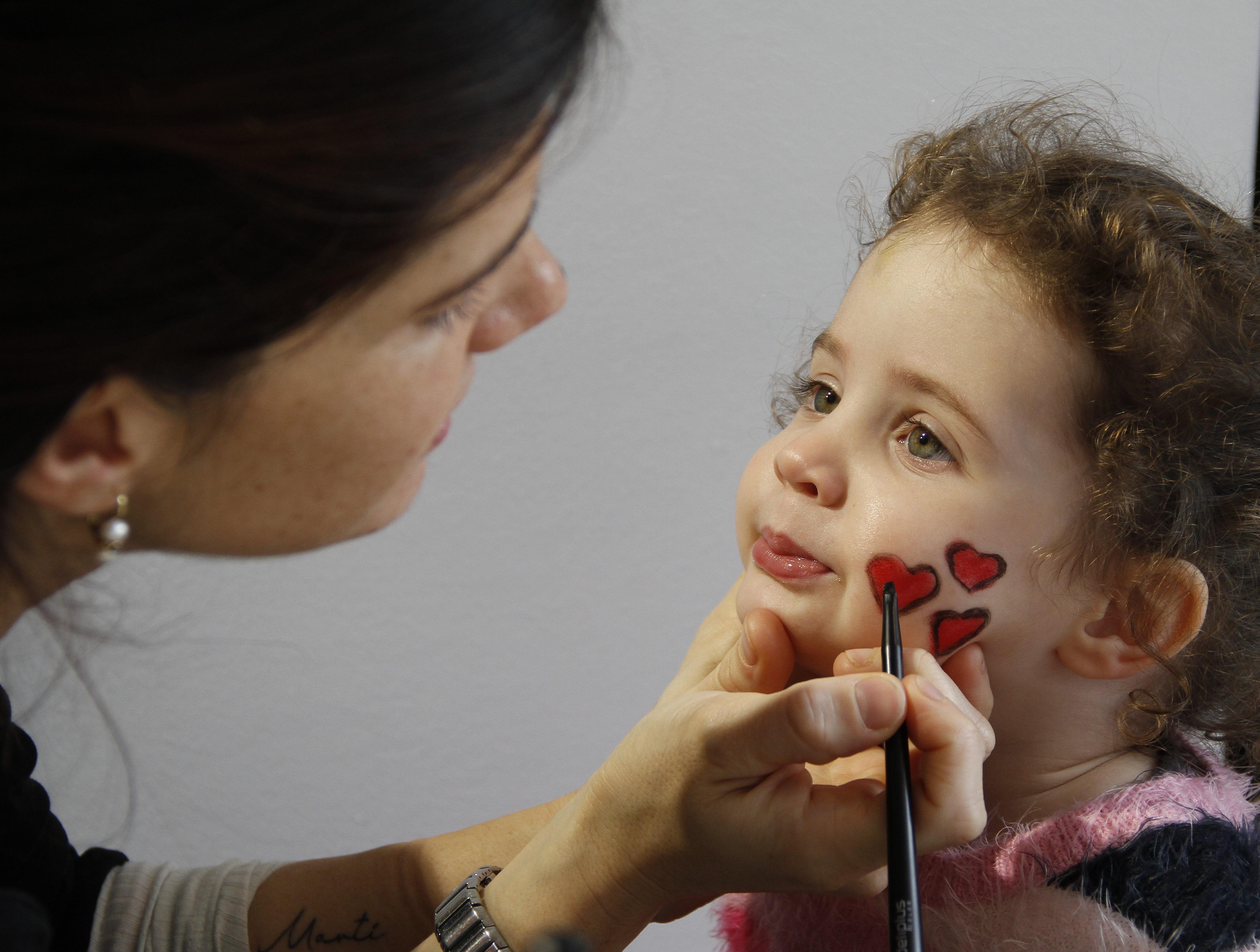 detalles maquillando niña