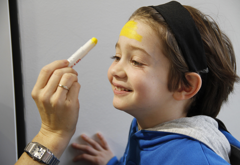 Aplicando base maquillaje amarillo