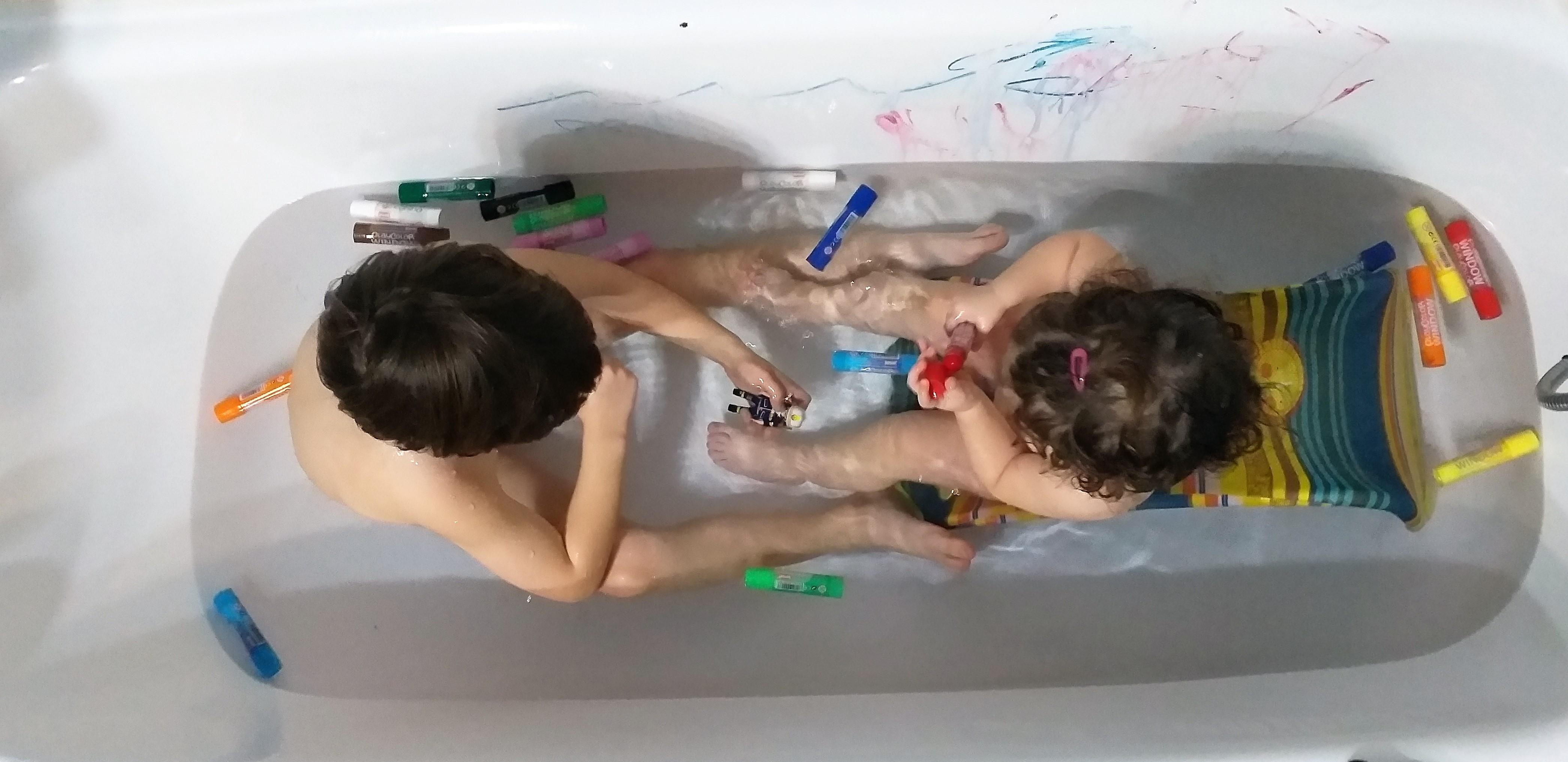 jugar-en-la-bañera