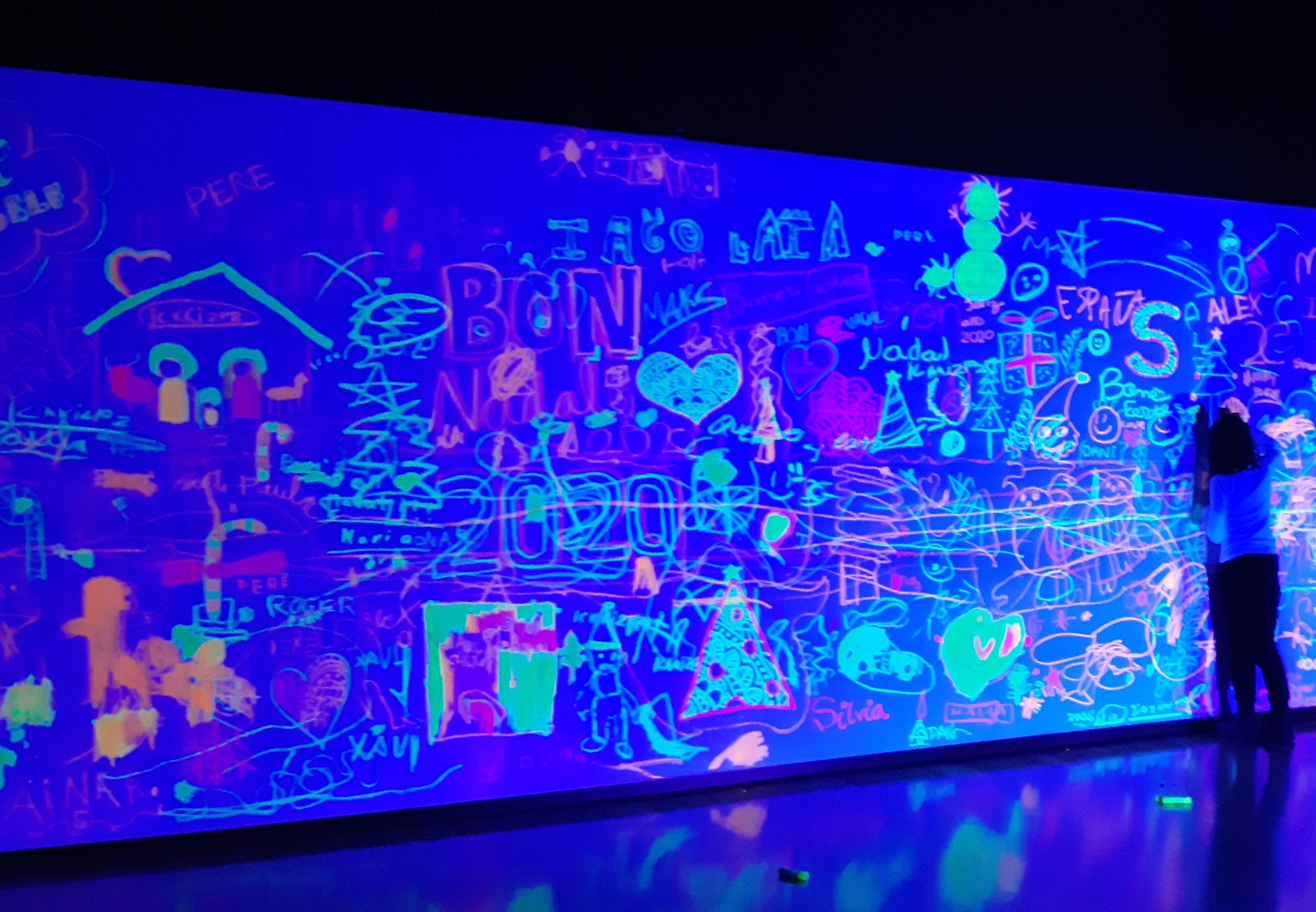 Mural con temperas solidas fluorescentes PLAYCOLOR